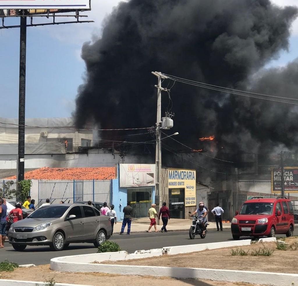 Fogo atingiu parte superior da loja de vidros (Foto: Divulgação/CBM MA)